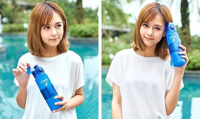 Фото девочки с голубой силиконовой бутылочкой для воды. Товары для отдыха. Интернет-магазин В Отпуск