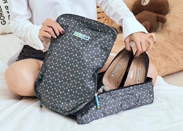 Фото женские туфли в сером в ромбик чехле для обуви. Товары для отдыха. Интернет-магазин В Отпуск