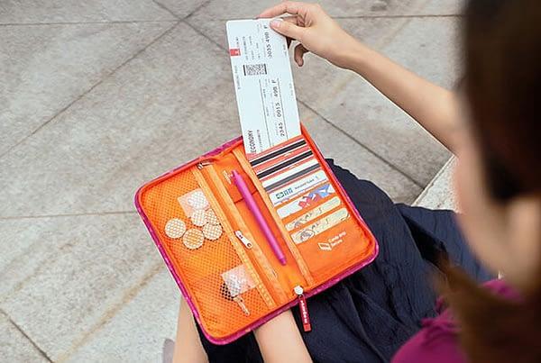 Фото заполненный развернутый красный в ромбик паспортный органайзер. Товары для отдыха. Интернет-магазин В Отпуск