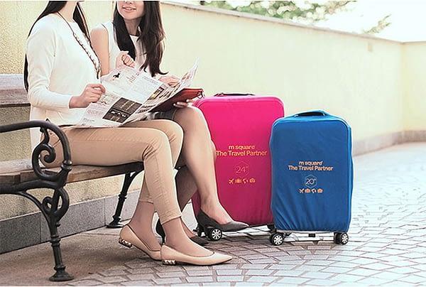 Фото на улице средний и малый чемоданы в розовом и голубом эластичных чехлах. Товары для отдыха. Интернет-магазин В Отпуск