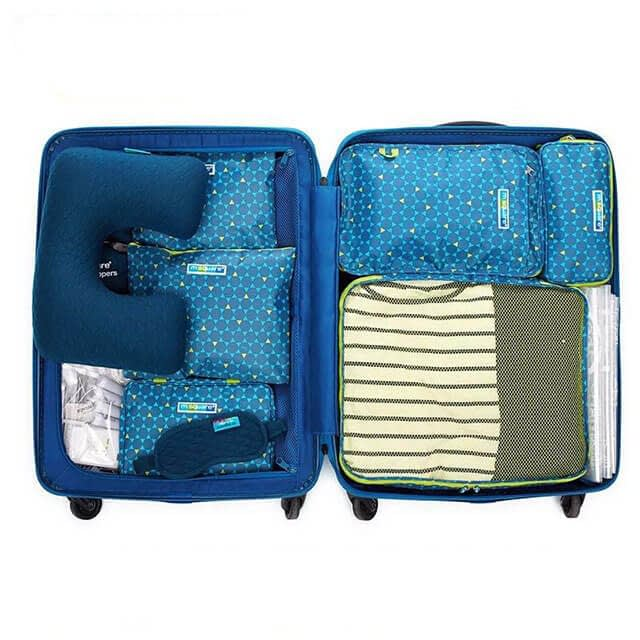 Фото упакованный чемодана с сумочками и косметичками из набора в синий ромбик. Интернет-магазин В Отпуск!