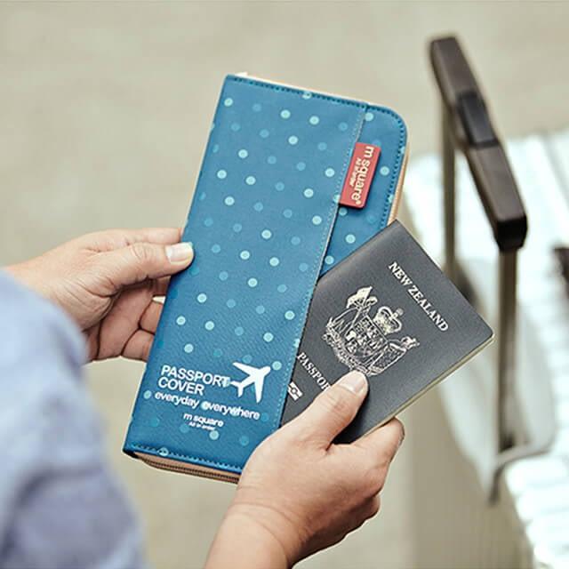 Фото синий в горошек дорожный органайзер в сравнении с паспортом