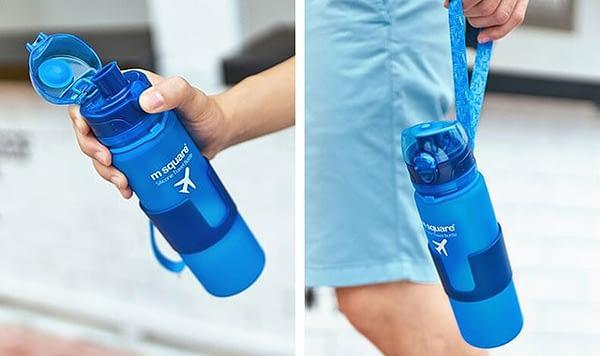 Фото голубой силиконовой бутылочкой для воды в переноске. Товары для отдыха. Интернет-магазин В Отпуск