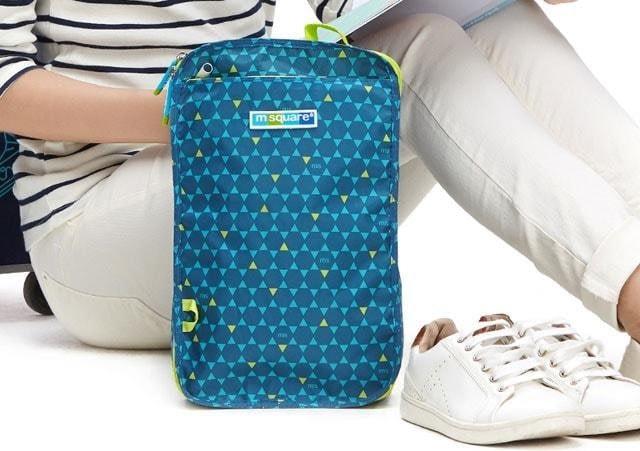 Фото голубой чехлол для обуви в ромбик с девушкой. Товары для отдыха. Интернет-магазин В Отпуск