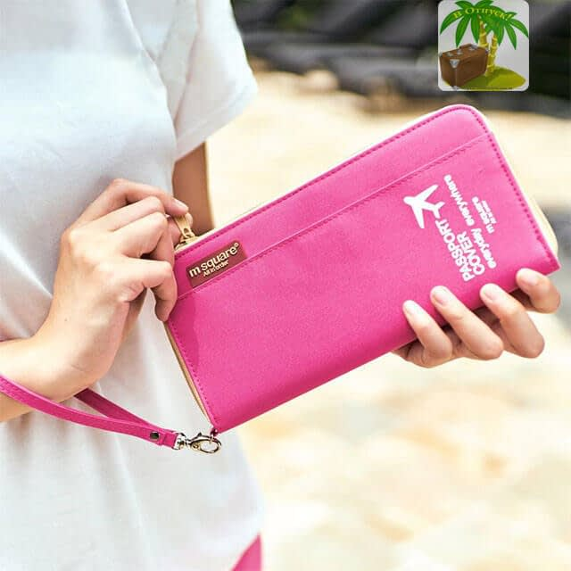 Фото розовый однотонный картхолдер в руках. Товары для отдыха. Интернет-Магазин В Отпуск
