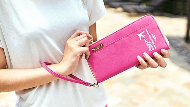 Фото розовый дорожный органайзер для документов в руках девушки. Товары для отдыха. Интернет-Магазин В Отпуск