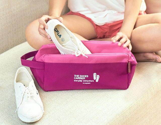 Фото девушка, кеды и розовый тканевый чехол для обуви. Товары для отдыха. Интернет-магазин В Отпуск