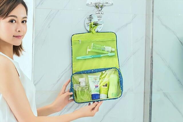 Фото синяя косметичка в ромбики подвешенная в открытом виде. Товары для отдыха. Интернет-магазин В Отпуск