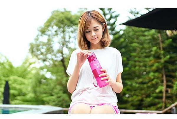 Фото стильная розовая силиконовая бутылочка для воды. Товары для отдыха. Интернет-магазин В Отпуск