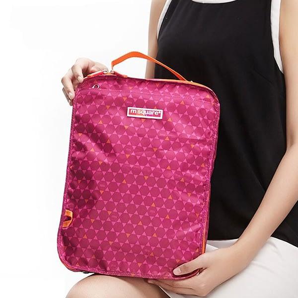 Фото розовый чехлол для обуви в ромбик в руках. Товары для отдыха. Интернет-магазин В Отпуск