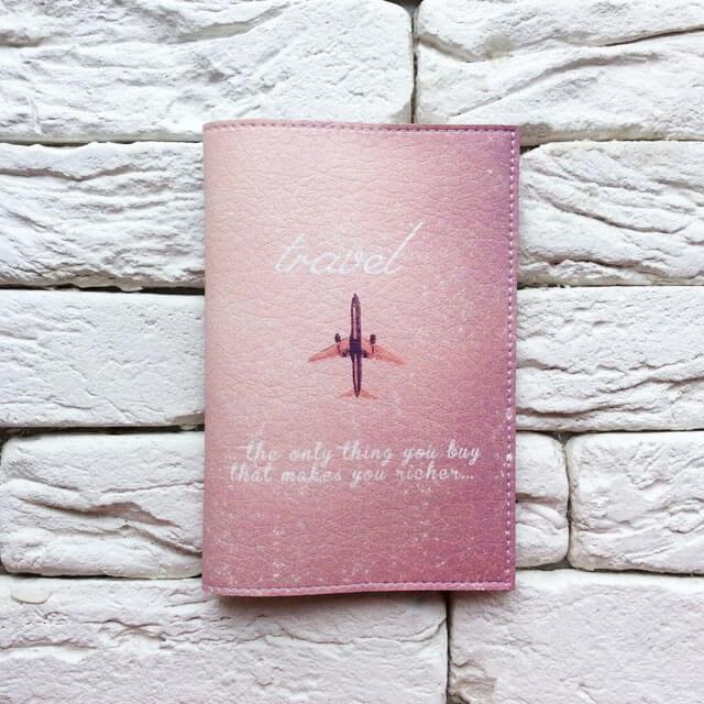Фото анфас паспортная обложка Самолет лети розовая. Коллекция обложек Путешествуй!