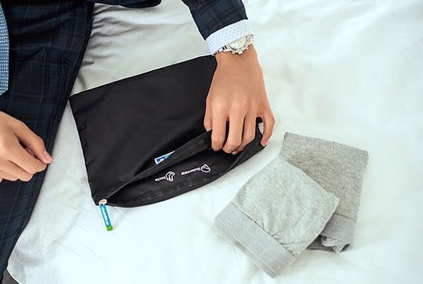 Фото черные мешочки на молнии в мужском гардеробе. Товары для отдыха. Интернет-магазин В Отпуск