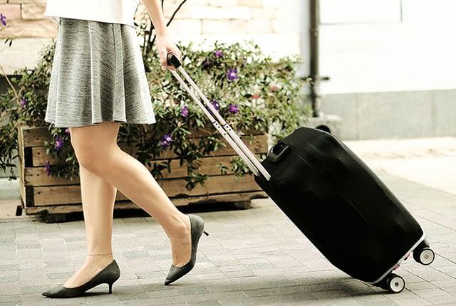 Фото c девушкой малый чемодан в черном эластичном чехле размер S. Товары для отдыха. Интернет-магазин В Отпуск