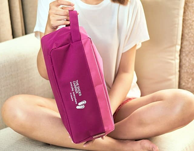 Фото розовый тканевый чехол для обуви в руках. Товары для отдыха. Интернет-магазин В Отпуск