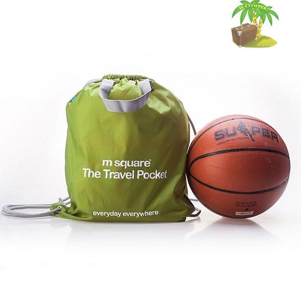 Фото зеленая водонепроницаемая сумка-рюкзак для путешествий и спорта в сравнении с мячом. Товары для отдыха. Интернет-магазин В Отпуск