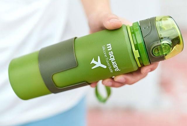 Фото стильная зеленая матовая силиконовая бутылочка для воды. Товары для отдыха. Интернет-магазин В Отпуск