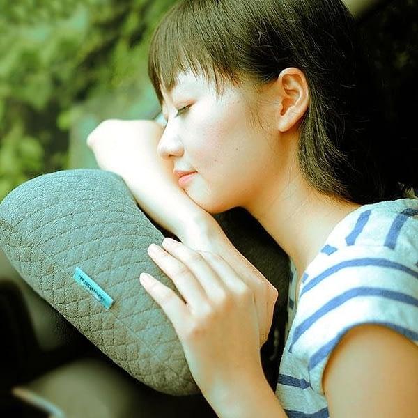 MS-061-Надувная подушка серая фото 1 в использовании
