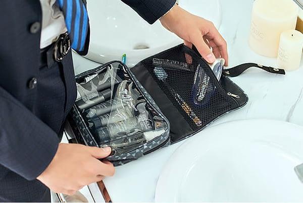 Фото серая косметичка в ромбики в мужском гардеробе. Товары для отдыха. Интернет-магазин В Отпуск