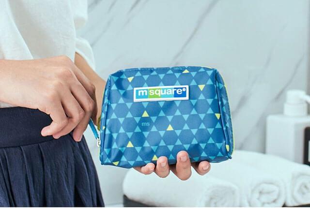 Фото косметичка для гигиенических средств синий ромб в руках. Товары для отдыха. Интернет-магазин В Отпуск