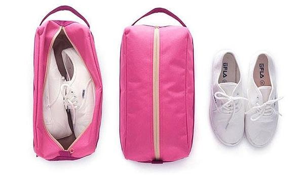 Фото упаковка кроссовок в розовый тканевый чехол для обуви. Товары для отдыха. Интернет-магазин В Отпуск