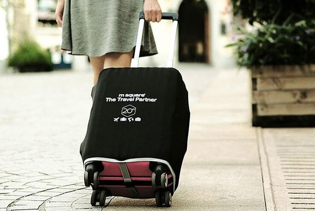 Фото на улице малый чемодан в черном эластичном чехле размер S. Товары для отдыха. Интернет-магазин В Отпуск