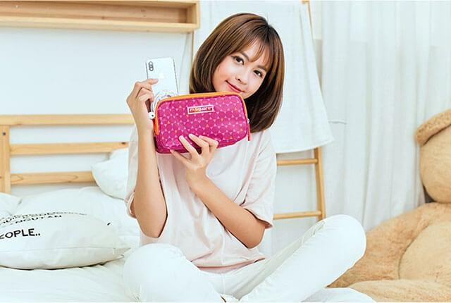 Фото девушка с органайзером для гаджетов розовый ромб. Товары для отдыха. Интернет-магазин В Отпуск