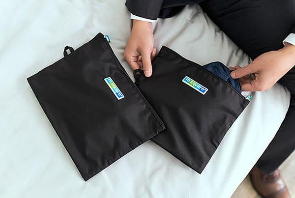 Фото комплект черных мешочков на молнии с деловым костюмом. Товары для отдыха. Интернет-магазин В Отпуск