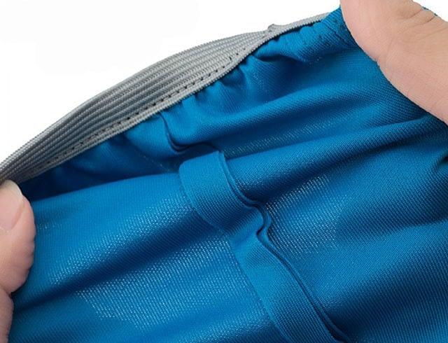 Фото демонстрация эластичности ткани чехлов для чемоданов Travel Partner. Товары для отдыха. Интернет-магазин В Отпуск