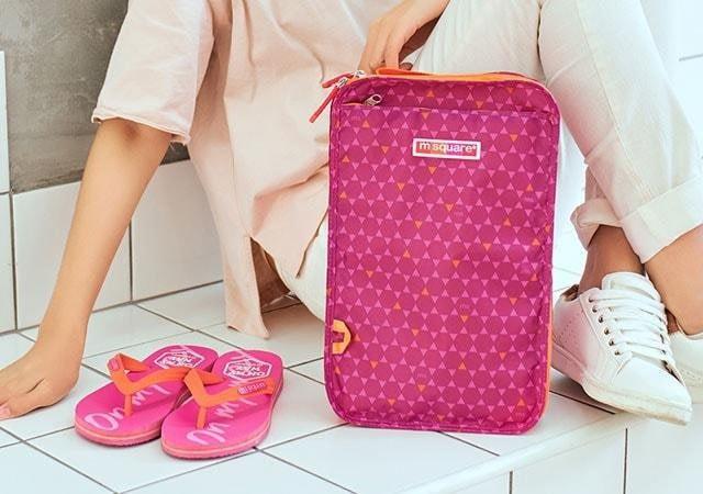 Фото на улице большой розовый чехлол для обуви в ромбик. Товары для отдыха. Интернет-магазин В Отпуск