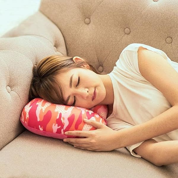 MS-060 Дорожная подушка милитари розовая фото использования 1. Товары для отдыха. Интернет-магазин В Отпуск!