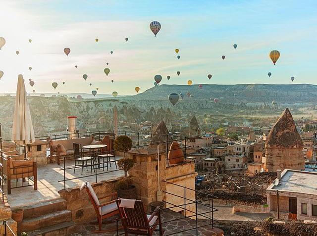 Фото воздушные шары в Каппадокии из окон скального отеля