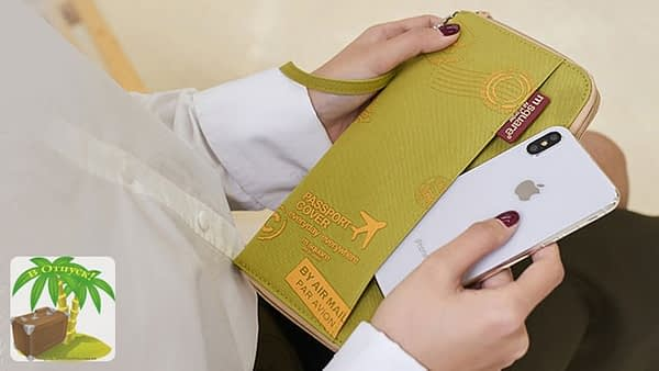 Фото зеленый дорожный органайзер для документов с принтом в руках. Товары для отдыха. Интернет-Магазин В Отпуск