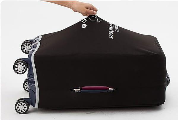 Фото демонстрирующее эластичность ткани чехлов для чемодана интернет-магазина в Отпуск.