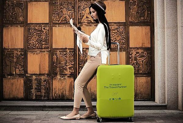 Фото с девушкой большой чемодан в салатово-лимонном эластичном чехле размер L. Товары для отдыха. Интернет-магазин В Отпуск