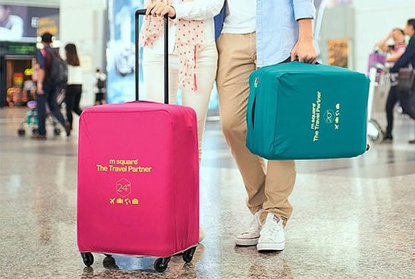 Фото в аэропорту средний чемодан в розовом эластичном чехле размер M. Товары для отдыха. Интернет-магазин В Отпуск