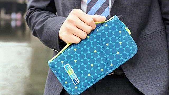 Фото сочетание синего паспортного органайзера коллекции ромбик с деловым костюмом. Товары для отдыха. Интернет-магазин В Отпуск