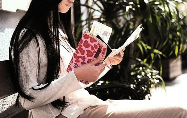 Фото дорожный органайзер красный леопард в руках девушки. Товары для отдыха. Интернет-магазин В Отпуск