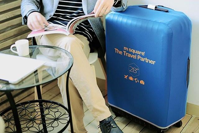 Фото в кафе большой чемодан в голубом эластичном чехле размер L. Товары для отдыха. Интернет-магазин В Отпуск