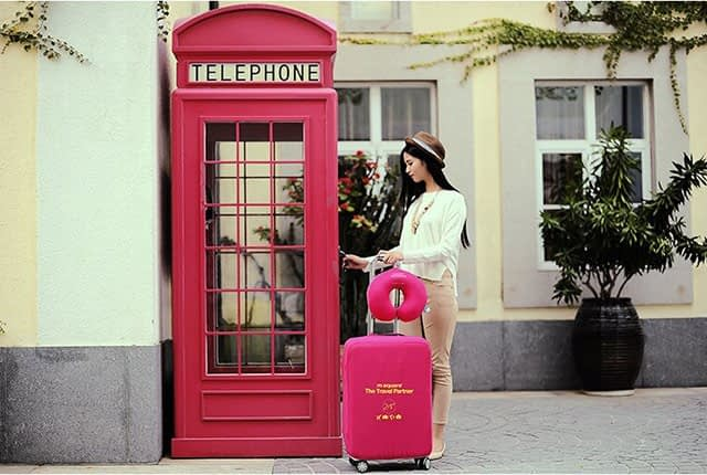 Фото на улице средний чемодан в розовом эластичном чехле размер M. Товары для отдыха. Интернет-магазин В Отпуск