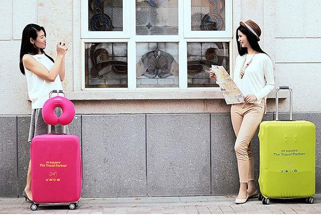 Фото в сравнении средний и большой чемоданы в розовом и салатовом эластичных чехлах. Товары для отдыха. Интернет-магазин В Отпуск
