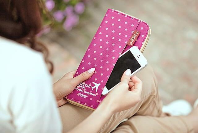 Фото розовый в горошек дорожный органайзер в сравнении со смартфоном