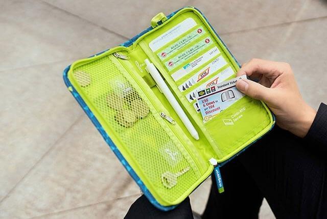 Фото заполненный развернутый синий в ромбик паспортный органайзер. Товары для отдыха. Интернет-магазин В Отпуск