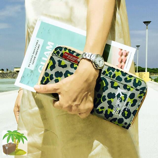 Фото дорожный органайзер цвета зеленый леопард в руках у девушки. Товары для отдыха. Интернет-магазин В Отпуск